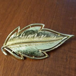 Beautiful gold colored leaf brooch